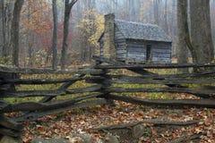 Las montañas ahumadas restablecieron la cabina rústica Foto de archivo