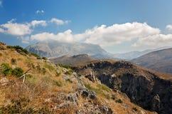 Las montañas ajardinan cerca de la playa de Preveli - Creta, Grecia Foto de archivo libre de regalías