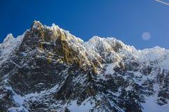 Las montañas ajardinan en Chamonix Mont Blanc francesa durante invierno Visión que sorprende y lugar perfecto para el esquí y la  imagen de archivo libre de regalías