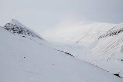 Las montañas alrededor de la ciudad de Longyearbyen, Spitsbergen Imágenes de archivo libres de regalías