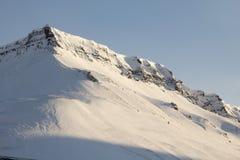 Las montañas alrededor de la ciudad de Longyearbyen, Spitsbergen (Sval Imagenes de archivo