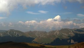 Las montañas cárpatas de Rumania Fotos de archivo