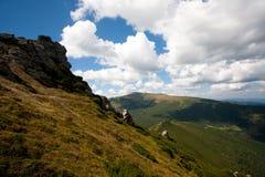 Las montañas cárpatas en el fondo de un cielo azul y de nubes blancas Fotografía de archivo libre de regalías