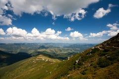 Las montañas cárpatas en el fondo del cielo y de las nubes blancas Imagenes de archivo
