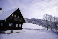 Las montañas contienen en el invierno Fotos de archivo libres de regalías