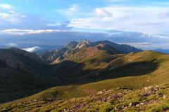 Las montañas de Córcega, emigrando la ruta GR-20 Fotos de archivo