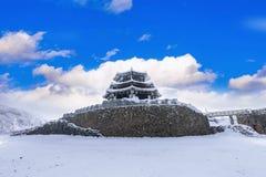 Las montañas de Deogyusan son cubiertas por la nieve y la niebla de la mañana en invierno imagen de archivo