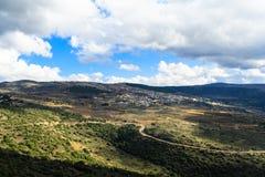 Las montañas de Galilea ajardinan y el pequeño pueblo en la colina, serpentina de caminos Fotos de archivo