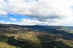 Las montañas de Galilea ajardinan y el pequeño pueblo en la colina, serpentina de caminos Imagenes de archivo