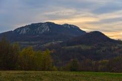 Las montañas de Homolje ajardinan en la puesta del sol de un día soleado del otoño Fotografía de archivo