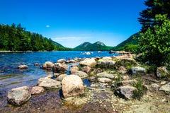 Las montañas de la burbuja que pasan por alto a Jordon Pond, parque nacional del Acadia, Maine fotografía de archivo