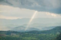 Las montañas de la montaña con la luz del rayo Foto de archivo libre de regalías
