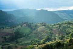 Las montañas de la montaña con la luz del rayo Fotos de archivo libres de regalías
