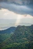 Las montañas de la montaña con la luz del rayo Imagen de archivo libre de regalías