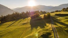 Las montañas de la mosca de la salida del sol colocan Suiza 4k aéreo metrajes
