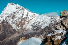 Las montañas de la mucha altitud ajardinan nieve de la roca y la cumbre majestuosa Fotos de archivo libres de regalías