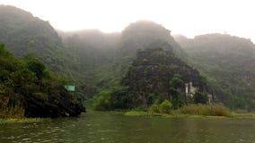 Las montañas de la piedra caliza se estiran del agua foto de archivo libre de regalías