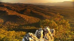 Las montañas de la puesta del sol inclinan para arriba almacen de metraje de vídeo