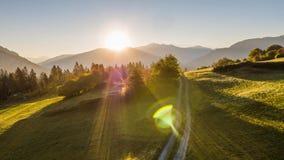 Las montañas de la salida del sol colocan el camino aéreo Suiza 4k aéreo del campo de las montañas de la salida del sol de Suiza  almacen de video