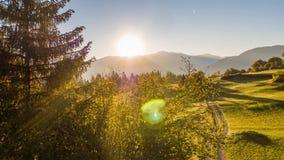 Las montañas de la salida del sol colocan la mosca Suiza 4k aéreo de la naturaleza almacen de video