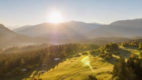 Las montañas de la salida del sol colocan la mosca Suiza 4k aéreo de la naturaleza almacen de metraje de vídeo