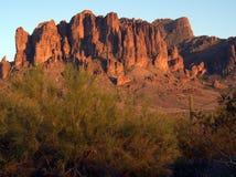 Las montañas de la superstición en la puesta del sol Imagen de archivo libre de regalías