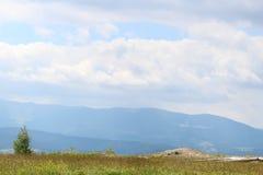 Las montañas de los Cárpatos son no tan altas sino muy majestuosas, y el agua es vida en estas montañas imagen de archivo libre de regalías