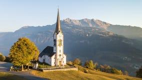 Las montañas de los colores del otoño caen las montañas Suiza 4k aéreo almacen de metraje de vídeo
