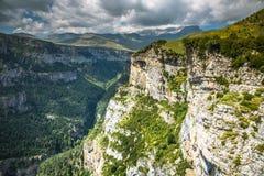 Las montañas de los Pirineos ajardinan - el barranco de Anisclo en verano Huesca, Imagen de archivo libre de regalías