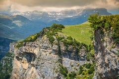 Las montañas de los Pirineos ajardinan - el barranco de Anisclo en verano Huesca, Fotografía de archivo