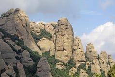 Las montañas de Montserrat acercan a la abadía benedictina Santa Maria de Montserrat en Monistrol de Montserrat, España Imágenes de archivo libres de regalías