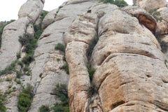 Las montañas de Montserrat acercan a la abadía Santa Maria de Montserrat, España Imágenes de archivo libres de regalías