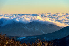 Las montañas de Seoraksan son cubiertas por la niebla y la salida del sol de la mañana en Seo imagenes de archivo