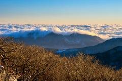 Las montañas de Seoraksan son cubiertas por la niebla y la salida del sol de la mañana en Seo fotos de archivo