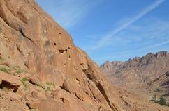 Las montañas de Sinaí acercan al monasterio del St Catherine Foto de archivo