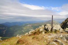 Las montañas de Tatra ajardinan panorama con la hierba verde y las nubes blancas Parque nacional de Eslovaquia Foto de archivo