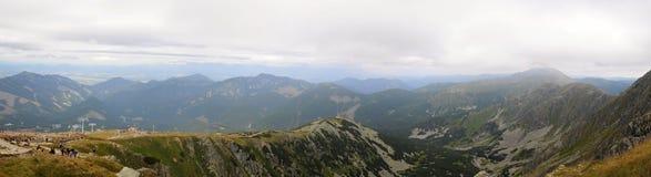 Las montañas de Tatra ajardinan panorama con la hierba verde y las nubes blancas Parque nacional de Eslovaquia Imagen de archivo