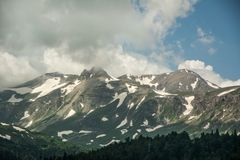 Las montañas del Cáucaso son un sistema de montaña en Asia del oeste entre el Mar Negro y el mar Caspio en la región del Cáucaso Fotos de archivo