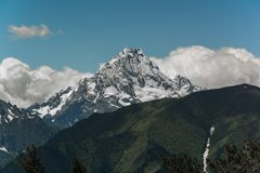 Las montañas del Cáucaso son un sistema de montaña en Asia del oeste entre el Mar Negro y el mar Caspio en la región del Cáucaso Imagen de archivo