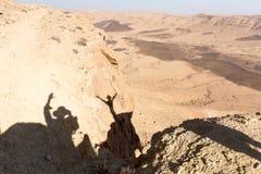 Las montañas del cráter empiedran el sc de la naturaleza de las sombras de la gente del paisaje del desierto Fotos de archivo