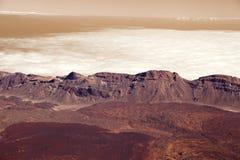 Las montañas del panorama en oscuridad se nublan en el planeta rojo Marte Foto de archivo