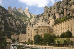 Las montañas dentadas en Cataluña, España, mostrando la abadía benedictina en Montserrat, Santa Maria de Montserrat, cerca de Bar Imagenes de archivo