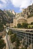 Las montañas dentadas en Cataluña, España, mostrando la abadía benedictina en Montserrat, Santa Maria de Montserrat, cerca de Bar Fotografía de archivo libre de regalías