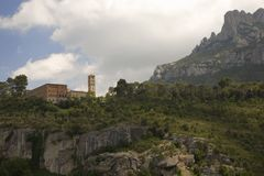 Las montañas dentadas en Cataluña, España, mostrando la abadía benedictina en Montserrat, Santa Maria de Montserrat, cerca de Bar Foto de archivo