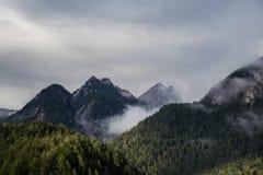 Las montañas en la niebla Foto de archivo libre de regalías