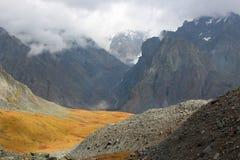 Las montañas en las nubes Fotos de archivo libres de regalías