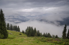 Las montañas en las nubes, Austria Imágenes de archivo libres de regalías
