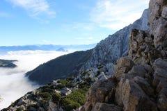 Las montañas en nubes Fotos de archivo