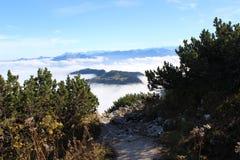 Las montañas en nubes Imagen de archivo libre de regalías