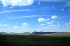 Las montañas entre el cielo y la estepa Imagen de archivo libre de regalías